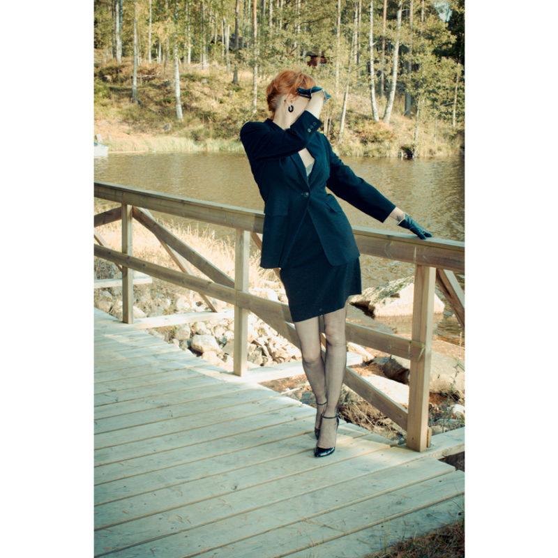 Model Nahtstrümpfe auf Brücke